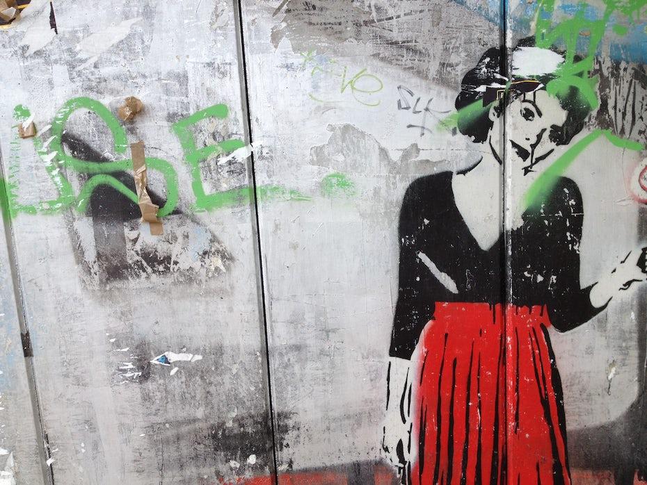 Frau an Wand Berlin