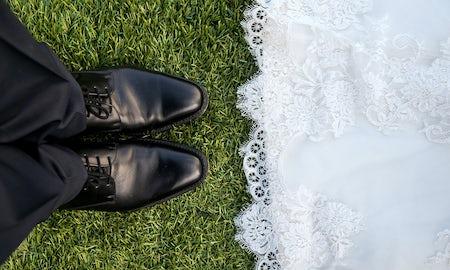 結婚式が決まったら招待状作り!依頼したら相場はどのくらい?