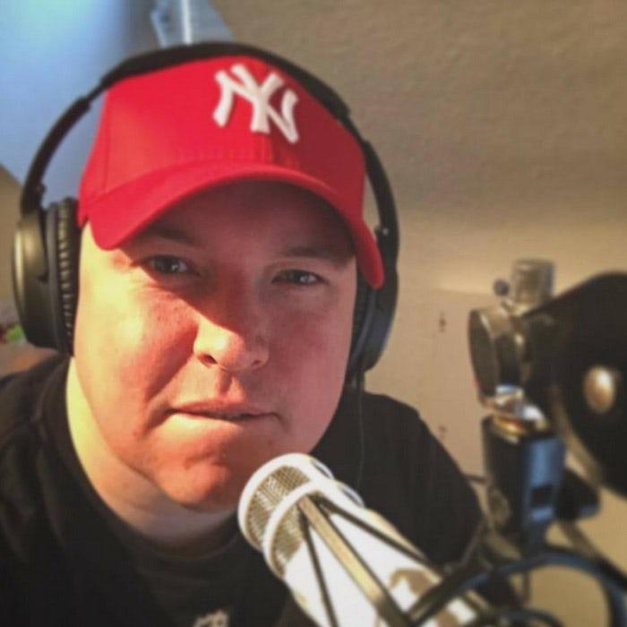Gordon Schönwälder vor Mikrofon, Podcasts für Entrepreneure, Solopreneur's Moshpit