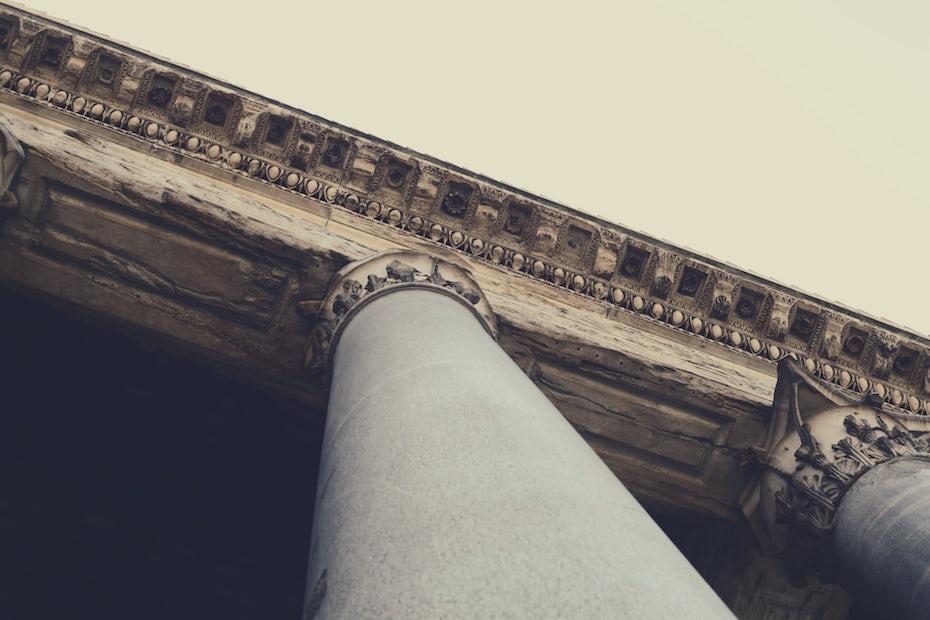 Columnas clásicas sosteniendo un techo