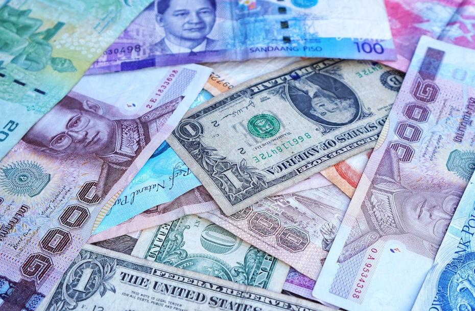 Ассортимент цветных валют со всего мира.