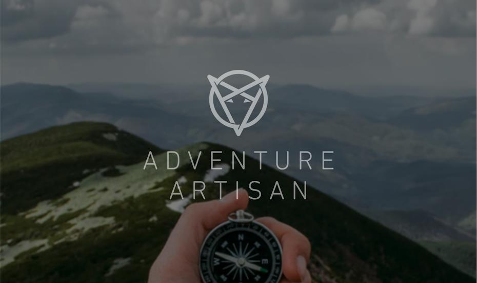 Un logo sur le thème du voyage représentant une intersection de triangles qui forme un visage de renard