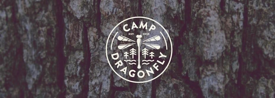 Un design de logo emblème avec une libellule en son centre