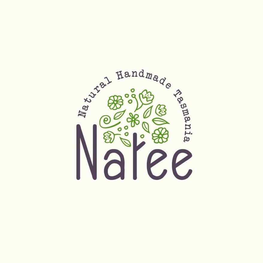 круглый логотип с буквой «т» в «Нати», изображенный в виде ствола дерева с зелеными листьями и плавающими над ним цветами