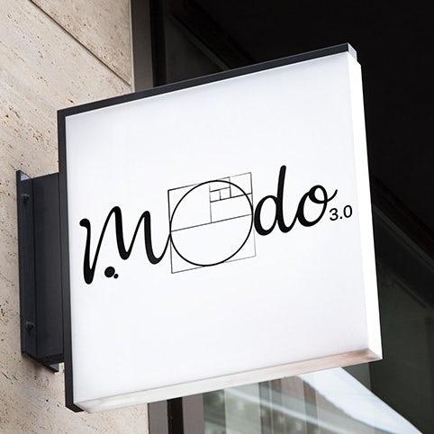 Ví dụ về xu hướng thiết kế logo: Logo chữ đen và trắng có tham chiếu đến tỷ lệ vàng trong O