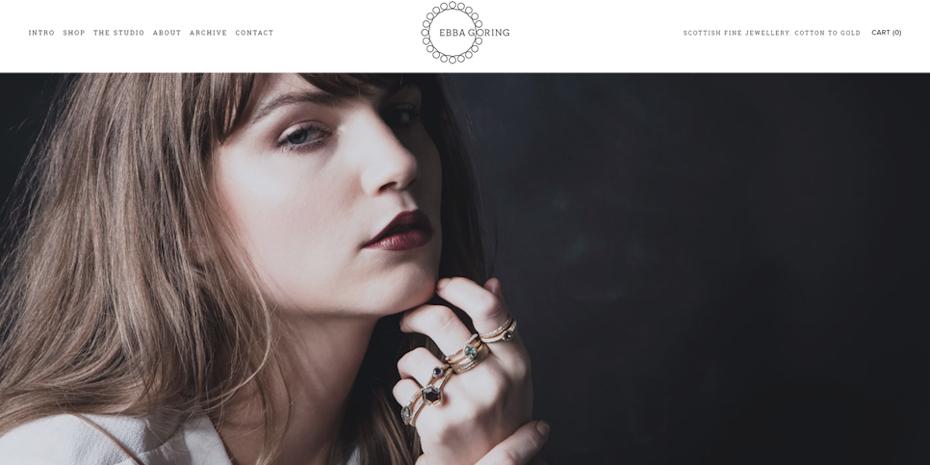 Exemplo da tendência de design da web para 2020, de fotos e vídeos grandes