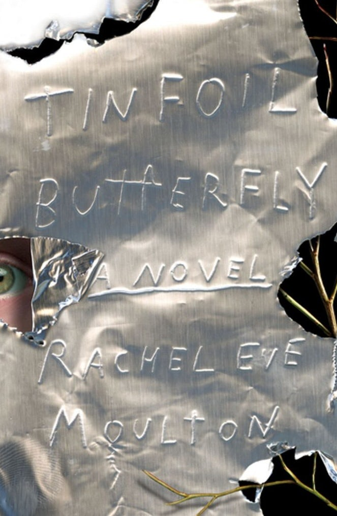 ejemplo de tendencias de portada de libro 2020 con letras rayadas en papel de aluminio