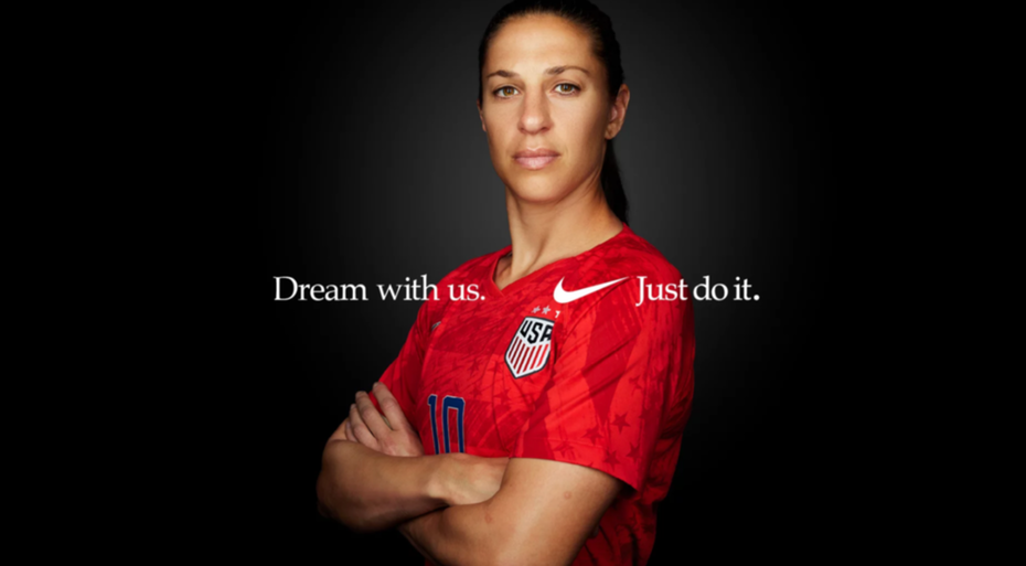 Nike Werbeanzeige mit dem Foto einer weiblichen Athletin und einem Slogan.