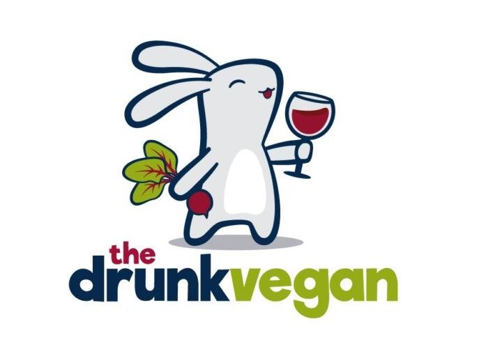 Logo design mit hase, der ein weinglas und rote beete hält für the drunk vegan