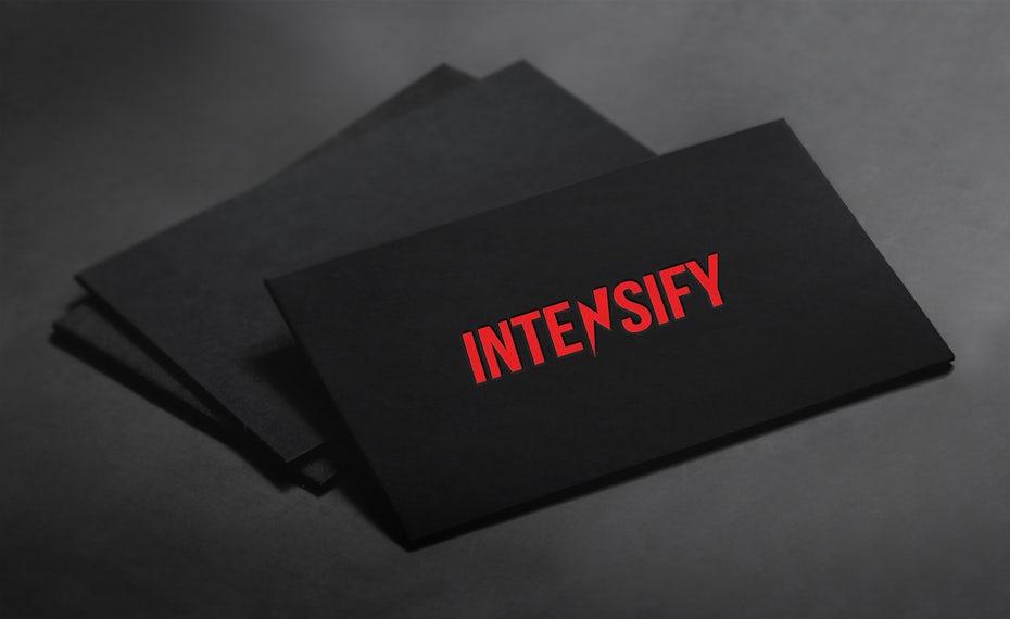 Une carte de visite noire avec un texte rouge