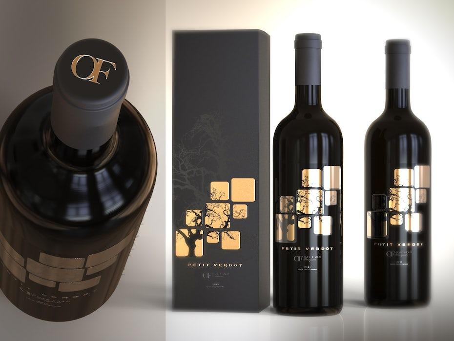 botella de vino oscuro con una etiqueta de pan de oro de cuadrados y un árbol