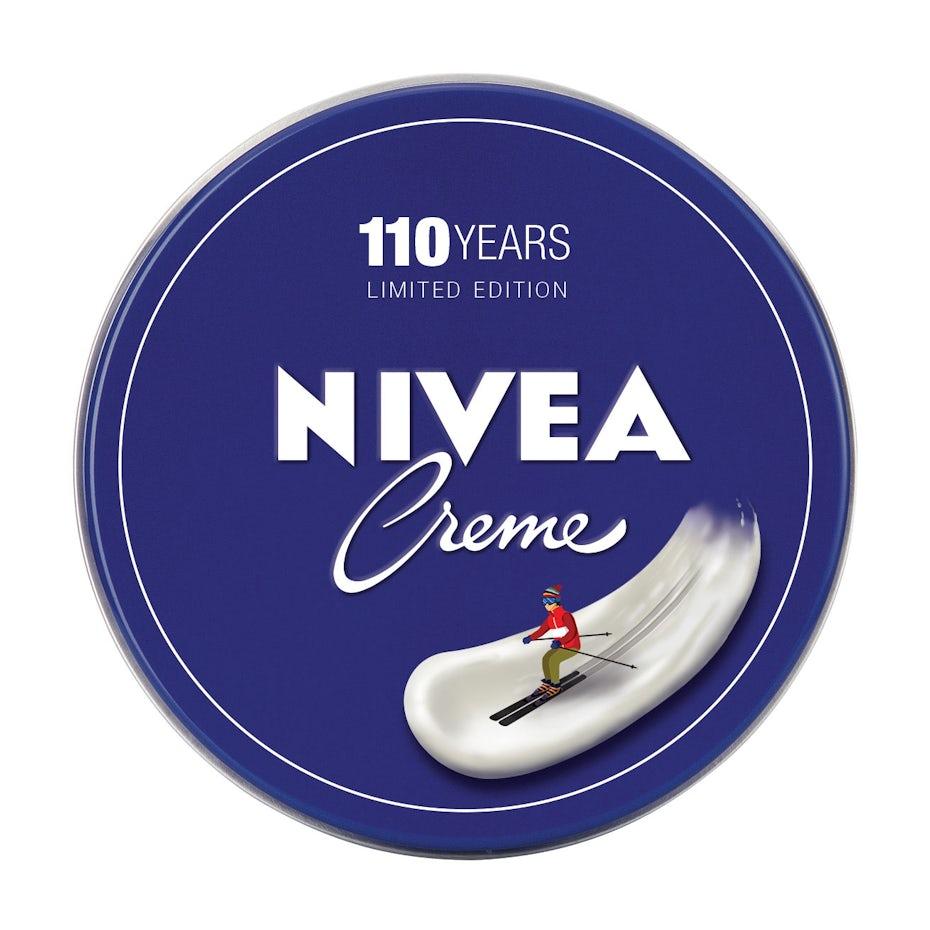 尼维亚标志设计与某人滑雪