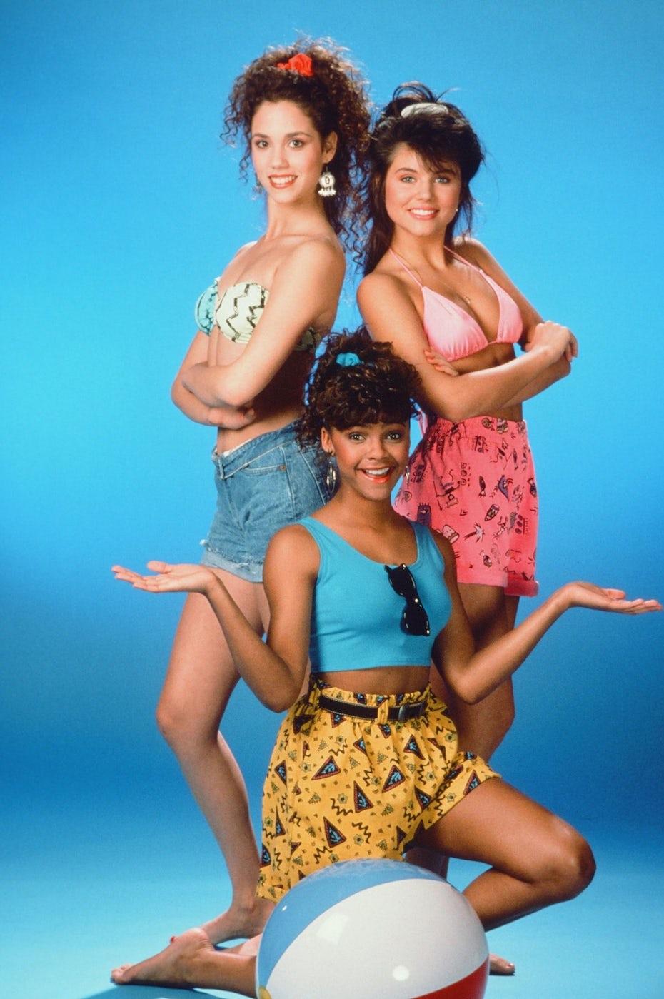 Une photographie du casting de la série Sauvé par le Gong, vêtu d'habits inspirés du design Memphis