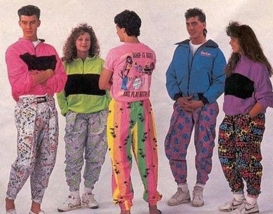 Groupe de personnes habillées selon la mode des années 80