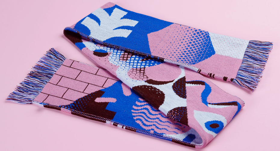 Une écharpe avec des couleurs pastels et des motifs de style Memphis