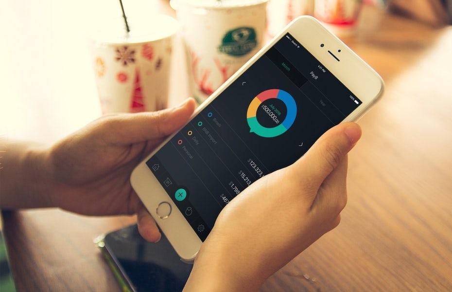 应用程序设计模型,展示一个人在咖啡馆使用iPhone