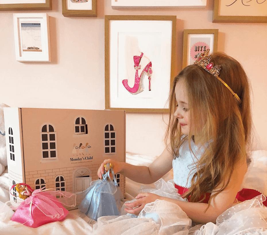 Kind spielt mit Verpackung von Monday Kids